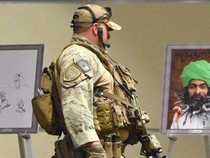 Un policía fuertemente armado en la exposición de Garland.