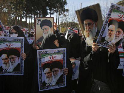 Un grupo de mujeres sostiene retratos del ayatolá Alí Jamenei y de su predecesor, Ruhollah Jomeini, en una protesta en la ciudad iraní de Qom.