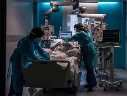 Dos sanitarios atienden a un enfermo de covid en la UCI del Hospital Universitario Ramón y Cajal el 5 de marzo de 2021.