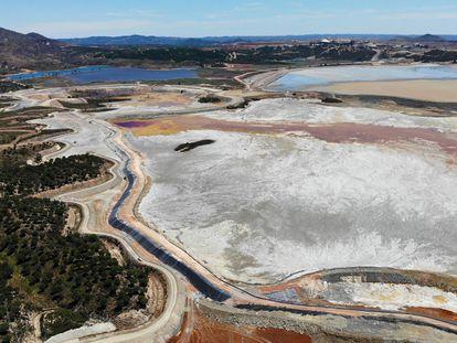 Balsa de lodos de la excavación minera Atalaya en la localidad de Ríotinto (Huelva).
