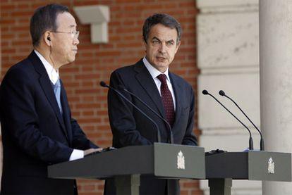 El presidente del Gobierno, José Luis Rodríguez Zapatero, junto al secretario general de Naciones Unidas, Ban Ki-moon, en La Moncloa.