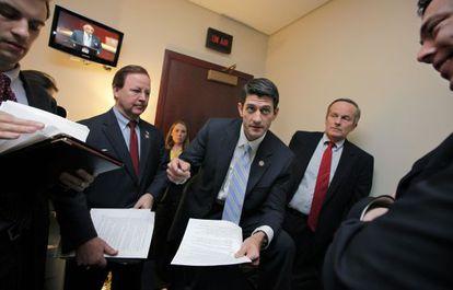 Paul Ryan, en el centro, con Todd Akin a la derecha, presentando su presupuesto en el Capitolio en 2011.