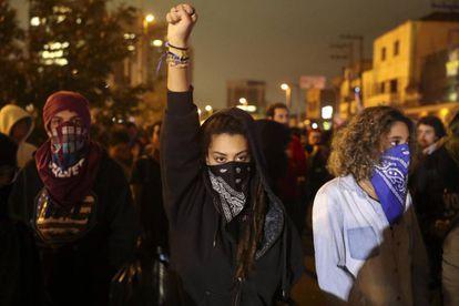 Jóvenes enmascarados en protestas contra el Gobierno de Temer.