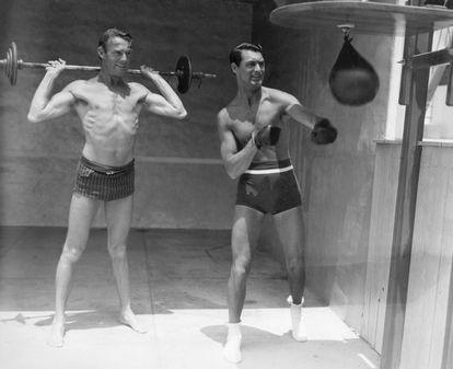 Cary Grant y Randolph Scott hacen gimnasia juntos.