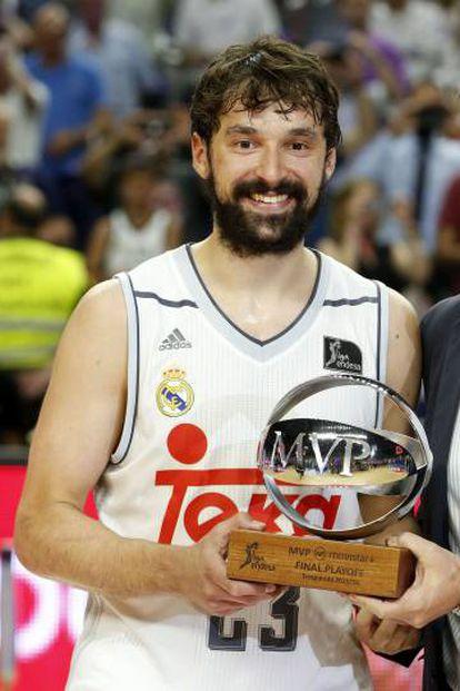 Llull, con el trofeo de MVP.