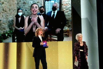 Patricia López Arnaiz agradece su Goya a mejor actriz por 'Ane', en videoconferencia en la gala de los premios Goya 2021 con las actrices Marisa Paredes y Emma Suárez en Málaga el pasado 6 de marzo.
