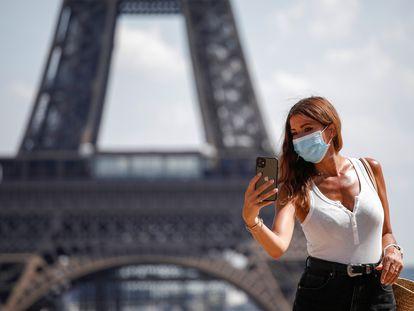 Una mujer se toma un selfi en el Trocadero, frente a la Torre Eiffel, este 9 de agosto.