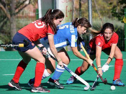 Un instante de un partido de hockey femenino, en Madrid.