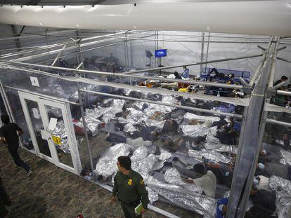 Menores internos en celdas en un centro de Donna (Texas), el pasado 30 de marzo.