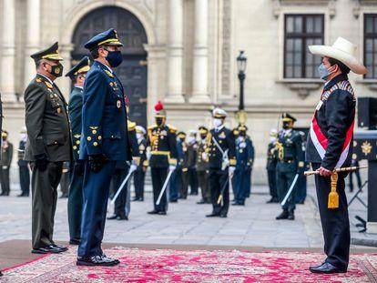 El nuevo presidente de Perú, Pedro Castillo, es reconocido como jefe supremo de las Fuerzas Armadas en un acto en Lima, este 5 de agosto.