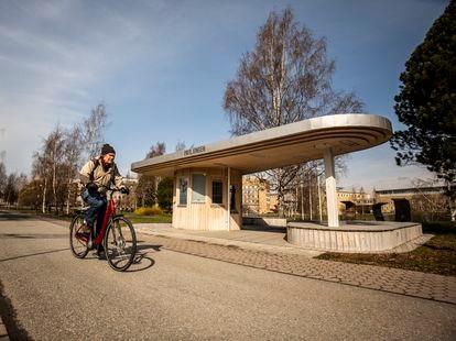 Un hombre circula en bicicleta por el campus de la Universidad de Umeå, el pasado 10 de mayo.