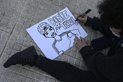 Un manifestante prepara un cartel para la protesta contra la transfobia, el 31 de marzo.