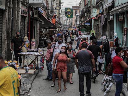Decenas de personas caminan en junio pasado por el centro comercial de Saara en Río de Janeiro. el segundo Estado de Brasil más afectado por la pandemia.