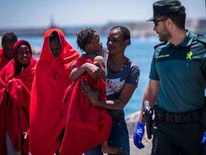 Llegada de inmigrantes hoy al Puerto de Motril (Granada).