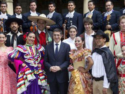 Patxi López, ayer, en Ajuria-Enea junto a una delegación de los grupos participantes en el Festival de Folklore de Portugalete.