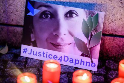 """Un cartel que dice """"Justicia para Daphne"""", frente a la Embajada de Malta en Alemania, el 16 de octubre de 2019."""