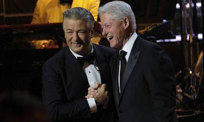 """A la izquierda, Alec Baldwin y, a la derecha, el expresidente Bill Clinton en la gala organizada por Spike TV's """"One Night Only: Alec Baldwin"""", el pasado sábado en Nueva York."""