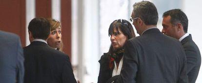 La líder del PP Alicia Sánchez-Camacho habla con la exnovia de Jordi Pujol en los juzgados.