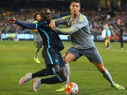 Cristiano Ronaldo y Sagna, durante el partido