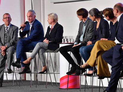 Algunos candidatos a presidir el SPD alemán, en un mitin el miércoles en Erfurt.