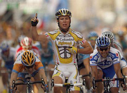 En el centro, el ciclista británico Mark Cavandish cruza la meta el primero en la etapa urbana de Milán.