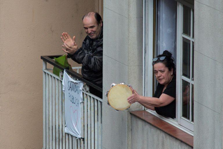 Vecinos de Ourense aplauden el 9 de abril desde su balcón en homenaje y reconocimiento a la labor de los sanitarios