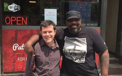 Josh Morrison (izquierda), fundador de 1DaySooner, junto al receptor de su riñón donado.