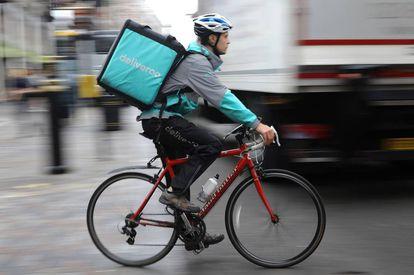 Un 'rider' de Deliveroo por las calles de Londres