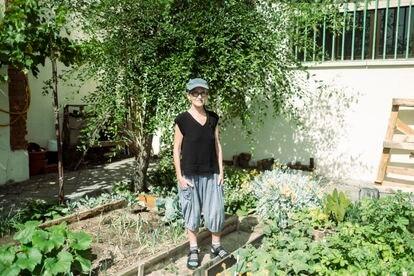 Carmen Espinar, de 69 años, en el huerto del espacio autogestionado La Flor.