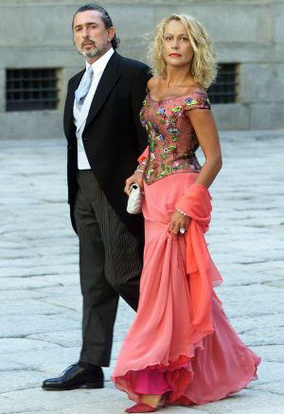 Correa y su esposa llegan a la boda en El Escorial.