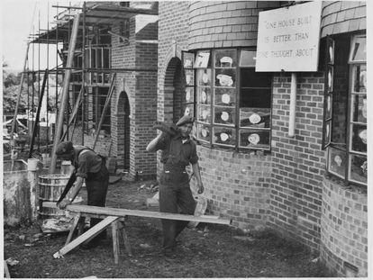 Soldados británicos ayudan a la reconstrucción de edificios tras la Segunda Guerra Mundial.