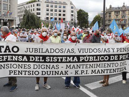 Pensionistas se manifiestan por el centro de Bilbao.