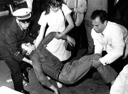 El estudiante Benno Ohnesorg, poco después de ser abatido por un policía durante una protesta  en Berlín contra la visita del sah<b><i></b></i> de Persia, el 2 de junio de 1976.