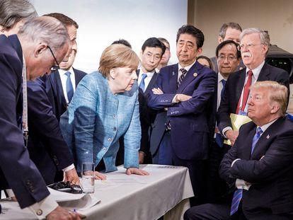 Angela Merkel habla con Donald Trump durante un G-7 celebrado en Canadá en 2018.