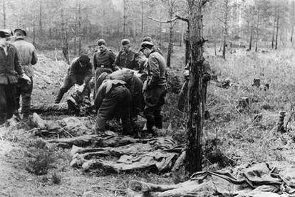 Hallazgo de restos de los militares polacos enterrados en fosas comunes en el bosque de Katyn, en 1943.