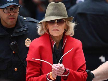 La actriz y activista Jane Fond, arrestada en el Senado.