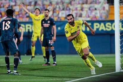 Raúl Albiol celebra el segundo gol del Villarreal ante el Arsenal.