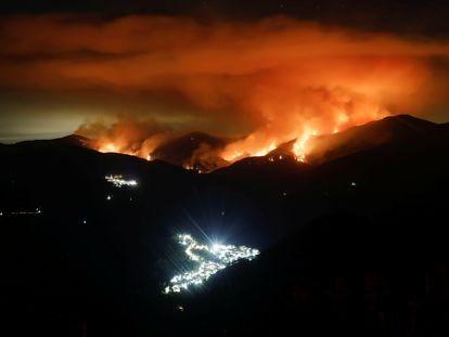 Incendio forestal, durante la madrugada, en la Sierra Bermeja, cerca de las localidades de Genalguacil (a la izquierda) y Benarrabá (abajo).