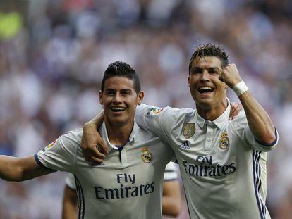 James Rodríguez y Cristiano Ronaldo celebran un gol del Real Madrid.