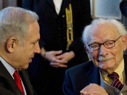Johan Van Hulst, junto al primer ministro israelí, Benjamín Netanyahu, en La Haya en 2012.