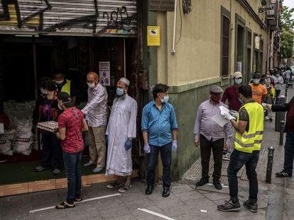 Reparto de alimentos organizado por la Asociación Valiente Bangla en la calle de Provisiones, 7 Madrid.