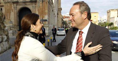 La alcaldesa de Elche, Mercedes Alonso, saluda al presidente del Consell, Alberto Fabra.