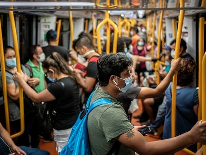 Decenas de pasajeros en los vagones de uno de los trenes de la línea 6 del metro de Madrid.
