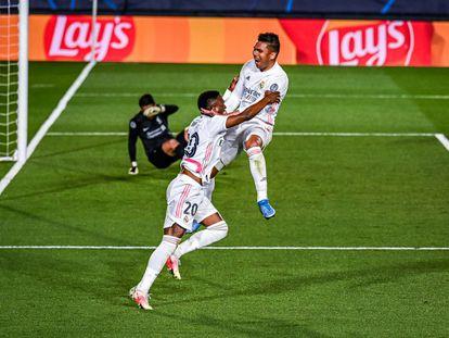 Vinicius celebra con Casemiro su segundo gol al Liverpool.