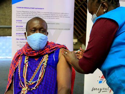Un hombre recibe la vacuna contra el coronavirus en Nairobi, Kenia, el pasado abril.