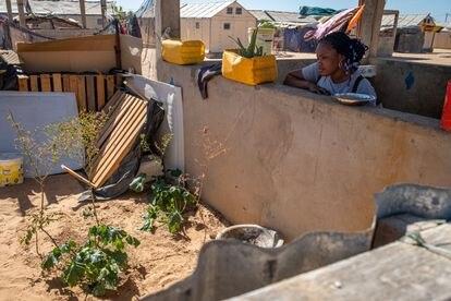 Khadija Fall, de 25 años y vecina del asentamiento provisional de Khar Yalla, mira su huerto.