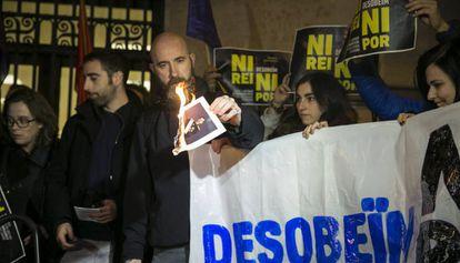 Miembros de la CUP queman fotos del Rey.