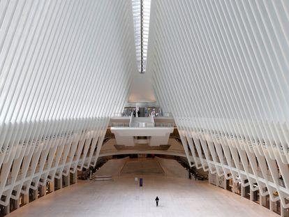 El gran nudo de transporte del World Trade Center, en el sur de Manhattan, en Nueva York, prácticamente vacío este viernes.
