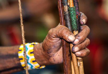 Los guerreros indígenas fueron a la reunión con sus arcos y flechas.