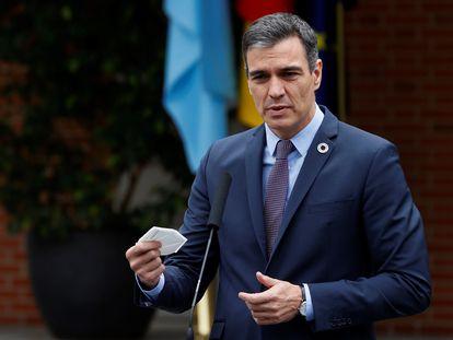 El presidente del Gobierno, Pedro Sánchez en el Palacio de la Moncloa tras la reunión con el presidente argentino, Alberto Fernández, este martes.